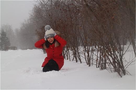 Dưới cái lạnh -12 độ tại Moscow, nhưng Hoàng Quyên vẫn tràn đầy năng lượng, khỏe khoắn trong chiếc áo khoác đỏ rực rỡ. Cô ca sĩ nhỏ nhắn cảm thấy ấm áp vì găng tay và mũ len cô mang trên người chính là món quà mà người hâm mộ đã tặng cô trước khi cô lên đường sang Nga biểu diễn.