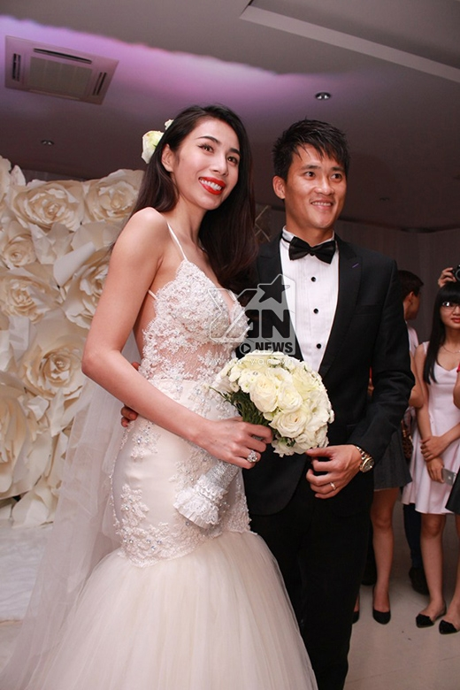 Cô dâu Thủy Tiên thay bộ váy cưới màu trắng được thiết kế đặc biệt. - Tin sao Viet - Tin tuc sao Viet - Scandal sao Viet - Tin tuc cua Sao - Tin cua Sao