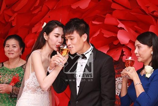 Và cô dâu chú rể tình tứ uống rượu hồng. - Tin sao Viet - Tin tuc sao Viet - Scandal sao Viet - Tin tuc cua Sao - Tin cua Sao
