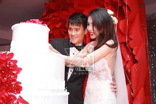 Cặp đôi cùng nhau cắt bánh cưới... - Tin sao Viet - Tin tuc sao Viet - Scandal sao Viet - Tin tuc cua Sao - Tin cua Sao