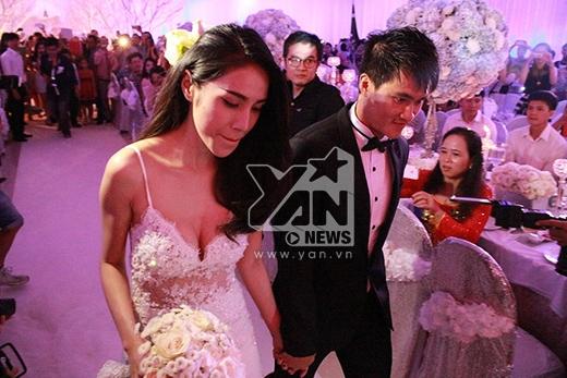 Cô dâu chú rể nắm tay tiến vào sân khấu - Tin sao Viet - Tin tuc sao Viet - Scandal sao Viet - Tin tuc cua Sao - Tin cua Sao