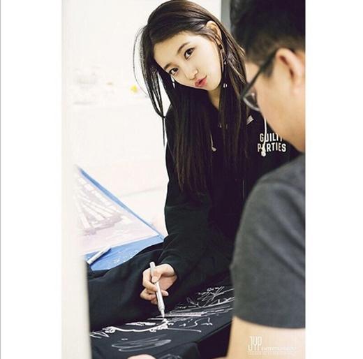 Suzy đáng yêu khoe hình chu miệng trong hậu trường JYP Nation