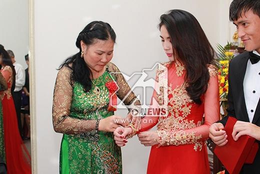 Công Vinh hớn hở trao nhẫn cưới khủng cho Thủy Tiên - Tin sao Viet - Tin tuc sao Viet - Scandal sao Viet - Tin tuc cua Sao - Tin cua Sao