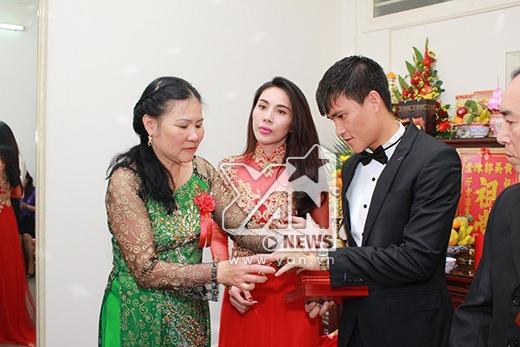 Bố mẹ Công Vinh trao trang sức vàng cho con trai và con dâu. - Tin sao Viet - Tin tuc sao Viet - Scandal sao Viet - Tin tuc cua Sao - Tin cua Sao