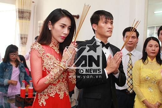 Hai vợ chồng thắp hương trước bàn thờ gia tiên. - Tin sao Viet - Tin tuc sao Viet - Scandal sao Viet - Tin tuc cua Sao - Tin cua Sao