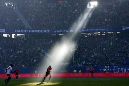 Chùm tia sáng chiếu xuống tiền vệ Jiri Stajner của Hannover trong trận đấu gặp Hamburg vào tháng 2/2008.