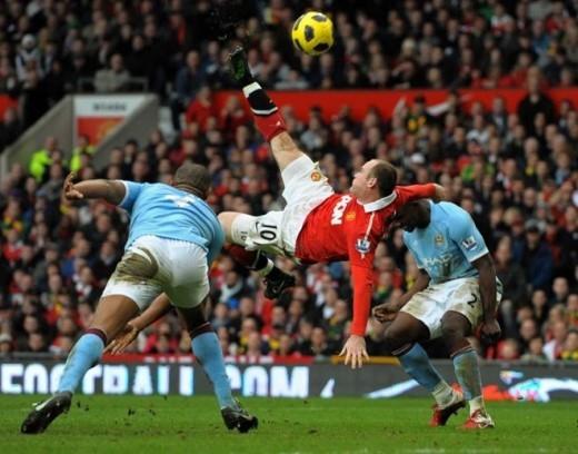 Trong trận derby Manchester diễn ra ngày 12/2/2011, Rooney có cú ngả bàn đèn tuyệt đẹp ấn định chiến thắng 2-1 cho Man United trước Man City.
