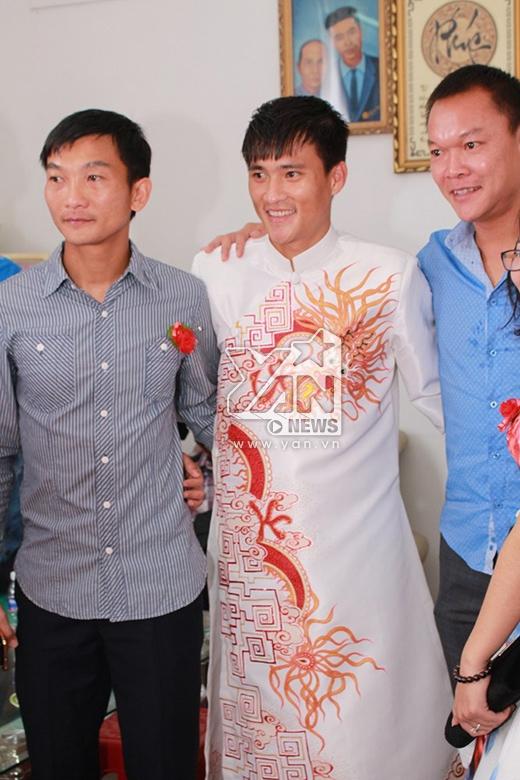 Chú rể Công Vinh thay bộ áo dài trắng truyền thống với họa tiết rồng cầu kỳ. - Tin sao Viet - Tin tuc sao Viet - Scandal sao Viet - Tin tuc cua Sao - Tin cua Sao
