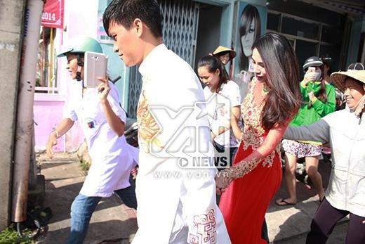 Cặp đôi bắt đầu di chuyển lên chùa làm lễ cưới - Tin sao Viet - Tin tuc sao Viet - Scandal sao Viet - Tin tuc cua Sao - Tin cua Sao