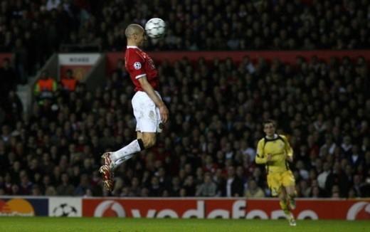 Tiền đạo Henrik Larsson của Manchester United đánh đầu ghi bàn mở tỷ số cho bầy Quỷ đỏ trong trận gặp Lille tại Champions League tháng 3/2007.