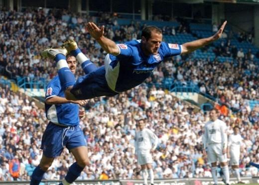 Tiền đạo Shefki Kuqi của Ipswich Town bay người ăn mừng bàn thắng vào lưới Leeds tại Elland Road năm 2005.