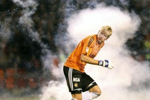 Thủ môn Toni Maanoja của AIK né tránh những quả pháo sáng do CĐV ném ra từ khán đài trong trận gặp Hammarby tháng 8/2008.