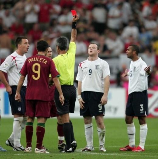 Rooney đứng chết lặng khi bị trọng tài rút thẻ đỏ trước quyền thi đấu sau pha phạm lỗi với Ricardo Carvalho tại tứ kết World Cup 2006 giữa tuyển Anh và Bồ Đào Nha trên sân Gelsenkirchen, Đức.