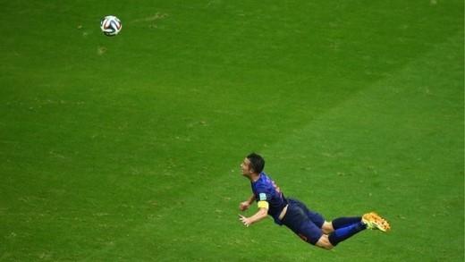 Tiền đạo Robin Van Persie của Hà Lan bay người đánh đầu ghi bàn vào lưới Tây Ban Nha trong trận khai màn tại vòng chung kết World Cup 2014.
