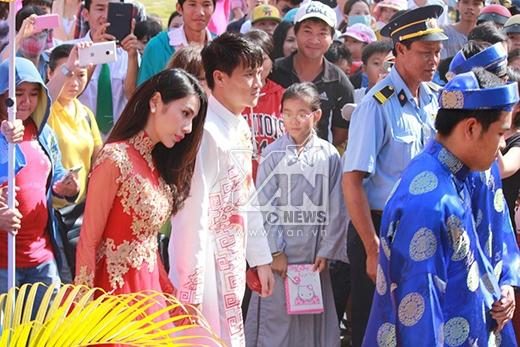 Hàng nghìn người dân Kiên Giang vây kín cô dâu chú rể để chụp hình. - Tin sao Viet - Tin tuc sao Viet - Scandal sao Viet - Tin tuc cua Sao - Tin cua Sao