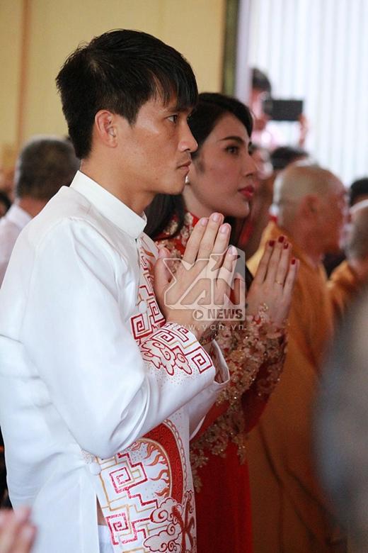 Hàng nghìn người dân vây kín Thủy Tiên - Công Vinh trên chùa - Tin sao Viet - Tin tuc sao Viet - Scandal sao Viet - Tin tuc cua Sao - Tin cua Sao