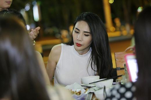 Công Vinh - Thủy Tiên đi ăn cùng đội bóng ngay sau đám cưới - Tin sao Viet - Tin tuc sao Viet - Scandal sao Viet - Tin tuc cua Sao - Tin cua Sao