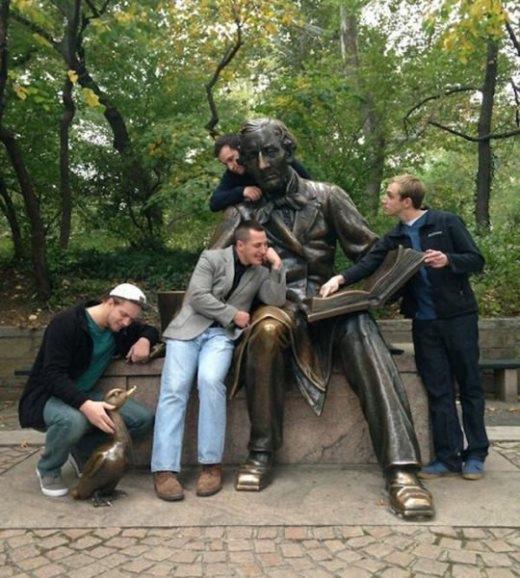 """Khi du khách chụp hình """"bá đạo"""" với các bức tượng"""