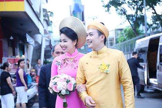 Sau đó 2 vợ chồng cùng mọi người di chuyển ra xe để kịp giờ về tổ chức đám cưới tại quê hương chú rể - Tiền Giang. - Tin sao Viet - Tin tuc sao Viet - Scandal sao Viet - Tin tuc cua Sao - Tin cua Sao
