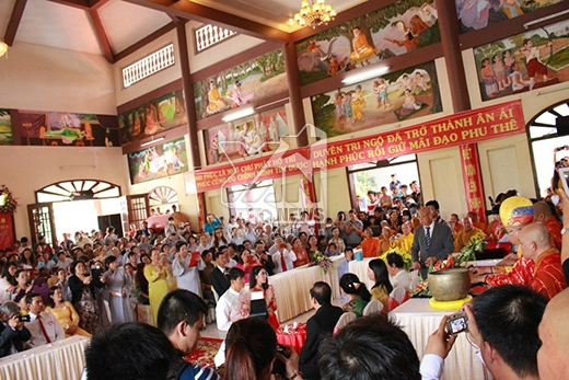 Trước đó, khi làm cặp đôi lễ trên chùa, người dân cũng kéo tới đông nghẹt - Tin sao Viet - Tin tuc sao Viet - Scandal sao Viet - Tin tuc cua Sao - Tin cua Sao