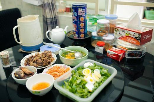 Bữa cơm trưa ngon lành và đầy đủ các món do ông xã của Phi Phụng tự tay nấu. - Tin sao Viet - Tin tuc sao Viet - Scandal sao Viet - Tin tuc cua Sao - Tin cua Sao