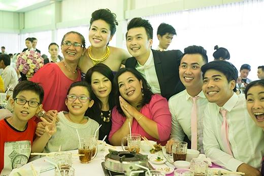Rất đông nghệ sĩ, bạn bè đã đến chúc mừng cô dâu chú rể. - Tin sao Viet - Tin tuc sao Viet - Scandal sao Viet - Tin tuc cua Sao - Tin cua Sao