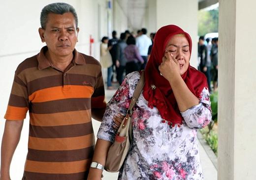 Một người thân của hành khách có mặt trong chuyến bay QZ 0851 đã khóc liên tục khi hay tin về chiếc máy bay bị mất tích.