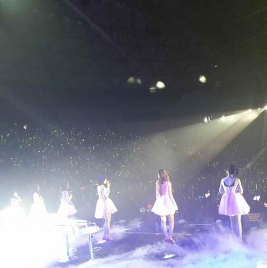 Hyomin khoe hình T-ara đứng trên sân khấu trong buổi concert tại Thượng Hải.
