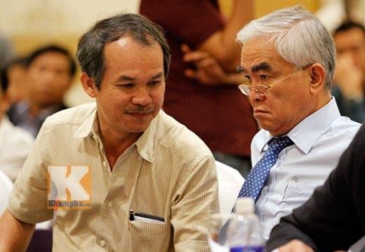 Chủ tịch VFF Lê Hùng Dũng (phải) trò chuyện cùng bầu Đức