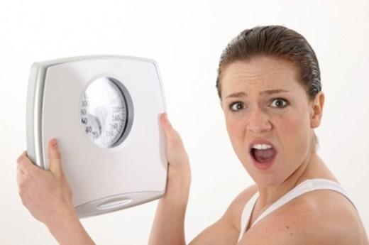 Giảm cân không rõ nguyên nhân. Trường hợp ăn uống bình thường, không nỗ lực giảm cân hay theo đuổi chế độ luyện tập đặc biệt nào song bỗng dưng sút từ 5kg trở lên thì chị em cần cảnh giác cao độ.