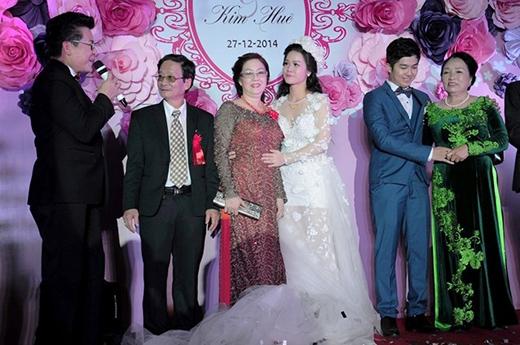 Nhật Kim Anh tình cảm ôm mẹ chồng còn Bửu Lộc cũng nắm tay mẹ vợ để cảm ơn đấng sinh thành. - Tin sao Viet - Tin tuc sao Viet - Scandal sao Viet - Tin tuc cua Sao - Tin cua Sao