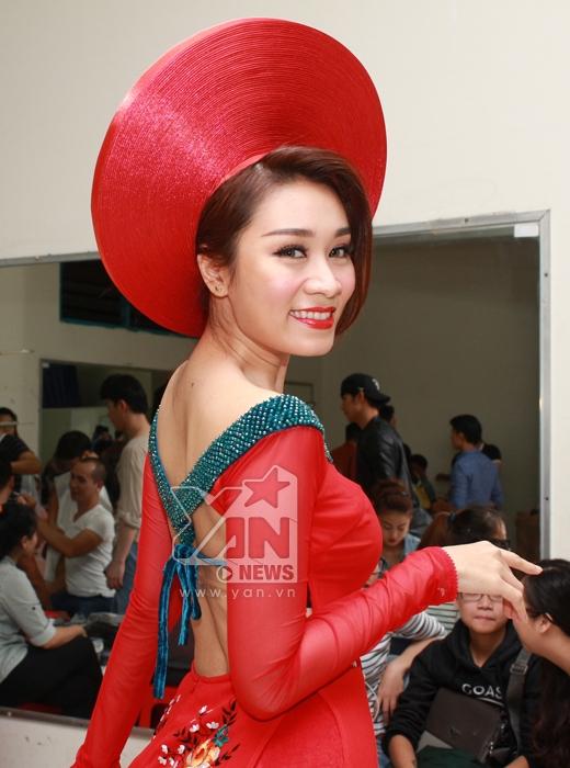 Áo dài của Minh Thư được thiết kế khá độc đáo giúp cô khoe khéo lưng trần gợi cảm. - Tin sao Viet - Tin tuc sao Viet - Scandal sao Viet - Tin tuc cua Sao - Tin cua Sao