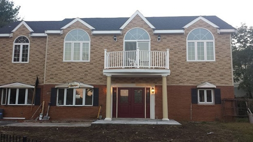 Đã cất công xây nên căn nhà, vậy sao phần cửa ra vào lại cứ nhất định phải lệch sang một bên thế này?