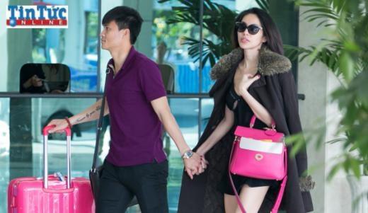 Vợ chồng Công Vinh - Thủy Tiên tình tứ hạnh phúc ở sân bay - Tin sao Viet - Tin tuc sao Viet - Scandal sao Viet - Tin tuc cua Sao - Tin cua Sao