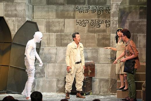 Phòng đầu tiên chào đón Khánh Nam. Trái ngược với lần gặp trưởng phòng Việt Nam, lần này Khánh Nam dở khóc dở cười khi gặp trưởng phòng Trấn Thành trong tình huống khảo cổ ở Ai Cập.