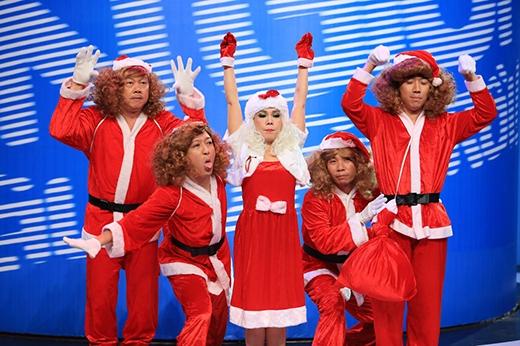 """Bà già Noel Việt Hương cùng các ông già Công Lý, Trấn Thành, Trường Giang, Chí Tài nhún nhảy vui vẻ với """"Jingle Bells""""."""
