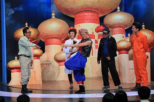"""Mỗi khách mời được gửi một loại đèn đặc biệt, xoa thật mạnh và điều kỳ diệu xảy ra. Đèn thần Aladin Hoài Linh xuất hiện, nhảy """"sexy dance""""."""