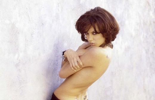 Bộ hình được thực hiện khi Angie 19 tuổi. Trong một bức hình, nữ diễn viên để ngực trần và chỉ diện một chiếc váy đen hờ hững phía dưới.