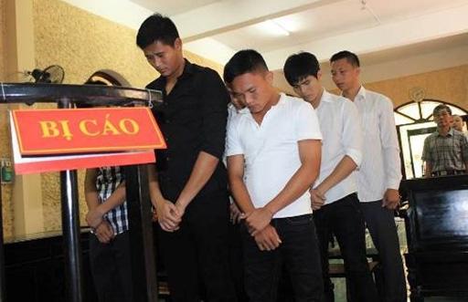 Quang Hùng (áo trắng, hàng đầu) và các cựu đồng đội trong phiên tòa tại Ninh Bình. Ảnh: Lâm Thỏa