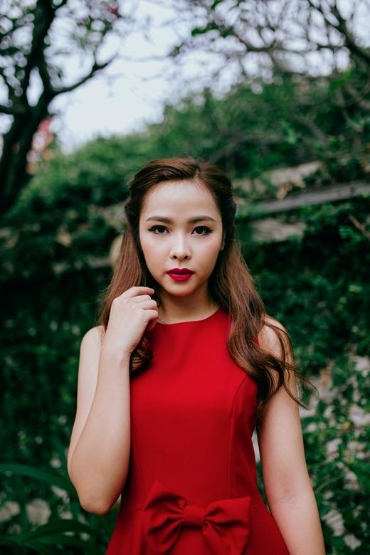Tông trang điểm tự nhiên với điểm nhấn là màu son đỏ retro và đường kẻ eye liner đậm mang lại cảm giác vừa cổ điển vừa hiện đại . Bạn nên chọn kết hợp cùng những trang phục có form dáng đơn giản - tinh thế thay vì trang phục rườm rà, cầu kì và quá nhiều chi tiết.