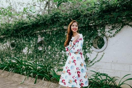 Cuối cùng, không thể thiếu chính là những trang phục sử dụng họa tiết in hoa bắt mắt. Hãy F5 bản thân với một chiếc đầm in hoa hồng nữ tính để năm mới ngọt ngào hơn.
