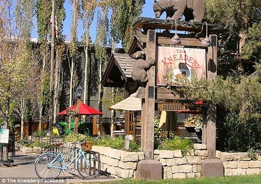 Nhà hàng Kneadery nơi Miley, Patrick và Arnold cùng bạn bè dùng bữa