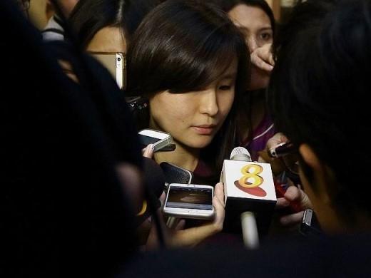 Louise Sidharta trả lời phóng viên tại sân bay Changi. Ảnh: Getty