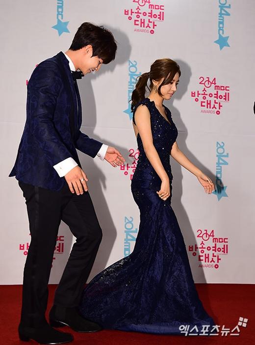 Song Jae Rim liên tục chỉnh váy cho Kim So Eun