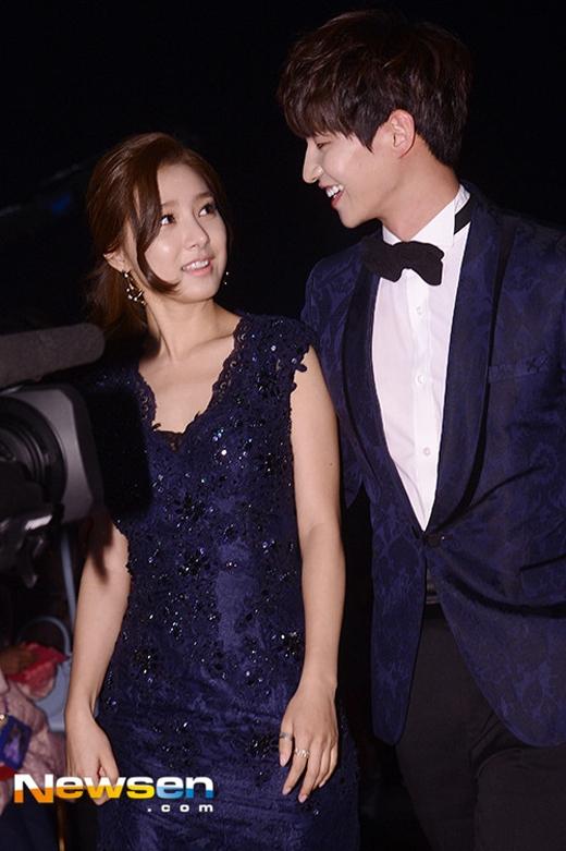 Song Jae Rim và Kim So Eun tay trong tay cực tình tứ trên thảm đỏ