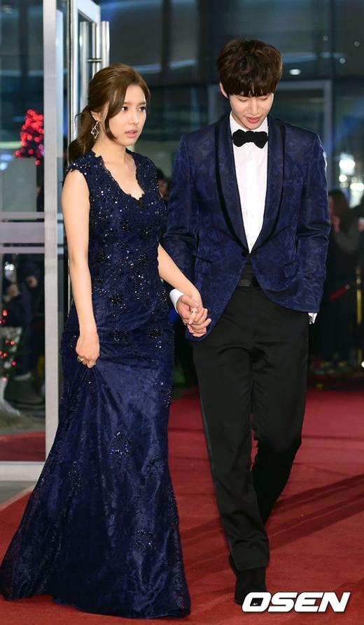 Song Jae Rim và Kim So Eun tay trong tay 'cực tình tứ' trên thảm đỏ