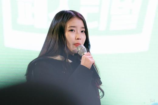 IU chiều fan hết cỡ trong mini concert cuối năm