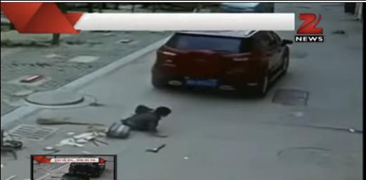 Cậu bé đứng dậy đi lại bình thường sau khi bị xe hơi cán qua người.