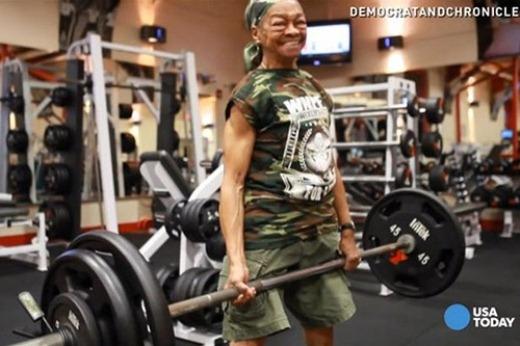 Bà Willie nâng tạ 90 kg, gần gấp đôi trọng lượng cơ thể mình.