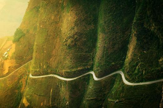 Mã Pí Lèng là vua của tất cả các con đèo ở Việt Nam, nơi này nổi tiếng với 20km đường uốn lượn qua cao nguyên đá Đồng Văn (hình thành giữa kỉ Devon và kỉ Pecmi), các thị trấn cổ của Đồng Văn và các địa điểm khác ở độ cao 1.200m.